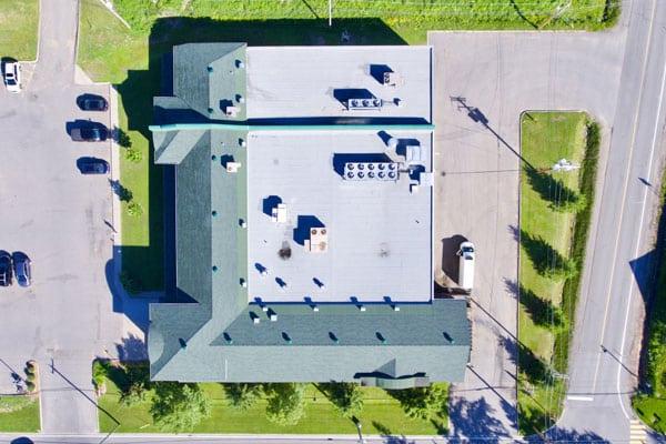 Vue du ciel d'une toiture refaite par les experts de L2 toiture