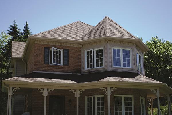 Réfection d'une toiture de maison avec galerie