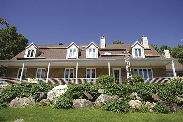 Réfection du toit d'une maison canadienne