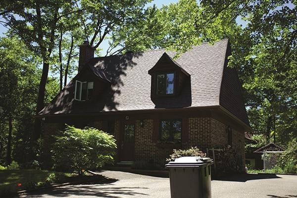 Réfection d'un toit de maison avec lucarnes